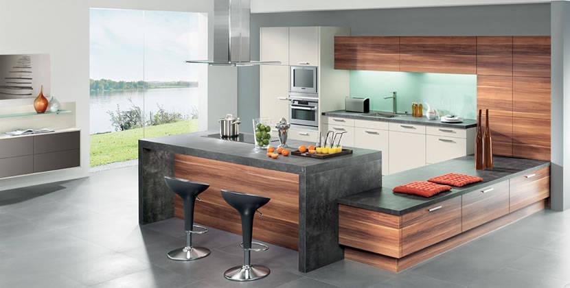 المطبخ مصنوع من الخشب والرخام الاسود الفاخر وهو بسيط ويناسب شقق وفيلات المصايف والمطبخ امريكي وكراسيه من الحديد والجلد المبطن الاسود ويحتوي المطبخ علي لونين اللون الخشبي الجميل والاسود