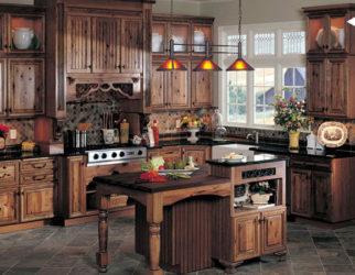 المطبخ كلاسيكي قديم وكبير ويحتوي علي لون واحد اللون البني الجميل ويمكن وضعه في القصور والفيلات ويتميز بلفخامه والشياكه والاضواء الهادئه المريحه
