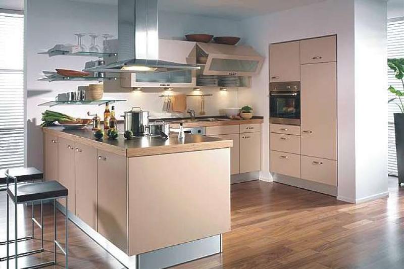 المطبخ يحتوي علي لون واحد فقط وهو اللون السيمون مع الموتال فضي مما يعطيه مظهر هادئ وجميل وكراسي المطبخ الموتال في اسود وفضي مما يعطي الكرسي جمال وشياكه