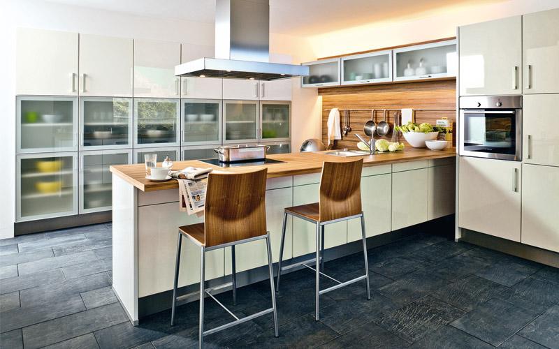 المطبخ يتميز بالوانه الجميله وادراجه الزجاجيه وكراسيه الخشبيه مع الاموتال ويعطيها مظهر حديث وجميل وبراق ويحتوي علي لوونين اللون الابيض واللون الخشبي المميز