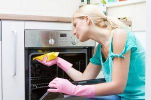 تنظيف الفرن لتجنب الروائح الكريهة